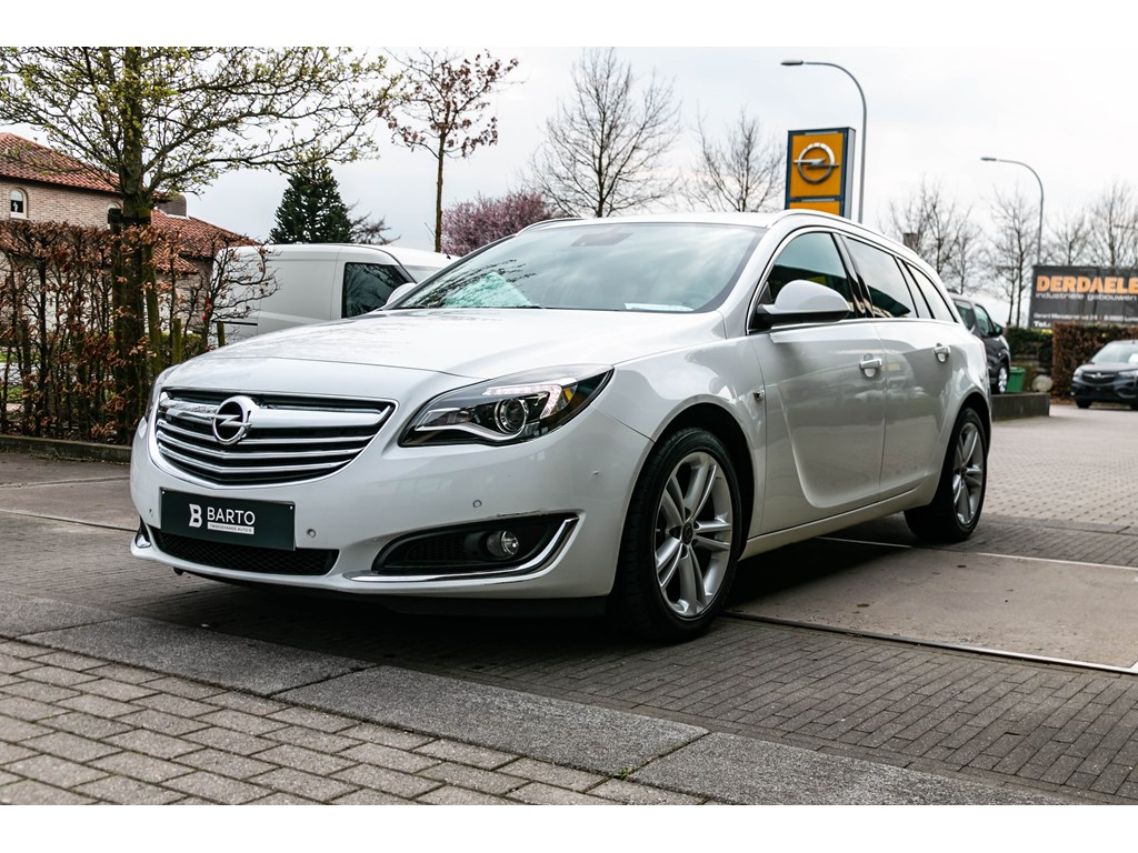 Tweedehands te koop: Opel Insignia Wit - 20d 120pk - Sport Tourer - Navi - Camera - Dodehoeksens - Bluetooth -
