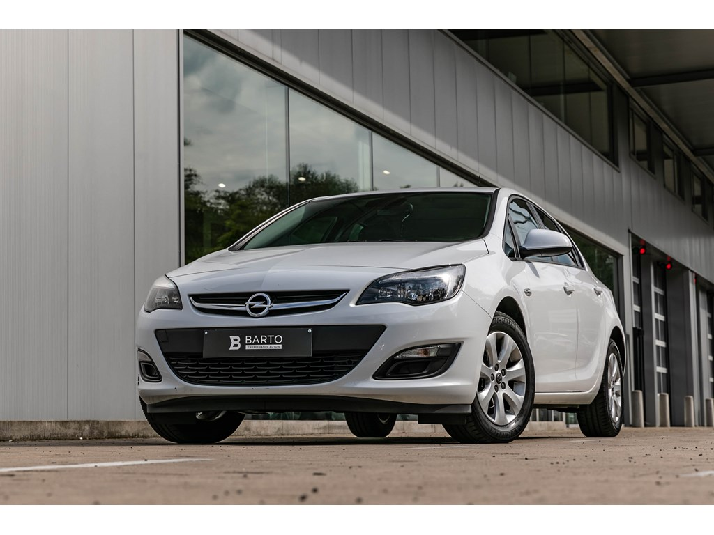 Tweedehands te koop: Opel Astra Wit - 14 benzParkeersensBluetoothAutoLichten1jaar Volledige Garantie